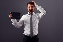 Ο επιχειρηματίας με το PC ταμπλετών έχει τα προβλήματα Στοκ Εικόνες