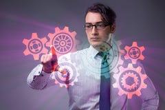 Ο επιχειρηματίας με cogwheels συνδέει στην έννοια ομαδικής εργασίας Στοκ Εικόνες