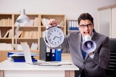 Ο επιχειρηματίας με megaphone μεγάφωνων στην αρχή Στοκ Φωτογραφίες