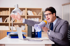 Ο επιχειρηματίας με megaphone μεγάφωνων στην αρχή Στοκ φωτογραφία με δικαίωμα ελεύθερης χρήσης