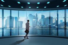 Ο επιχειρηματίας μπροστά από τη σκέψη παραθύρων γραφείων τις νέες προκλήσεις στοκ εικόνα