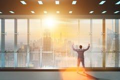 Ο επιχειρηματίας μπροστά από τη σκέψη παραθύρων γραφείων τις νέες προκλήσεις στοκ εικόνες