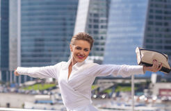 Ο επιχειρηματίας νέων κοριτσιών χαίρεται ενάντια Στοκ εικόνες με δικαίωμα ελεύθερης χρήσης