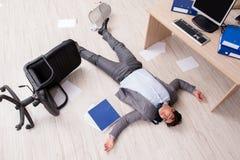 Ο επιχειρηματίας νεκρός στο πάτωμα γραφείων Στοκ Εικόνες