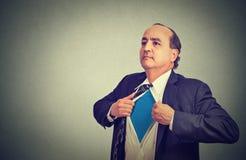 Ο επιχειρηματίας ξεκουμπώνει το πουκάμισο κοστουμιών του γίνεται έξοχος ήρωας Στοκ εικόνες με δικαίωμα ελεύθερης χρήσης