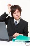 Ο επιχειρηματίας πάσχει από τον πονοκέφαλο Στοκ φωτογραφία με δικαίωμα ελεύθερης χρήσης