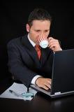 Ο επιχειρηματίας πίνει τον καφέ και την εργασία Στοκ φωτογραφία με δικαίωμα ελεύθερης χρήσης
