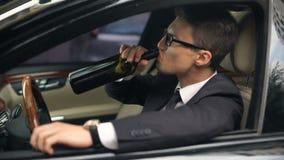 Ο επιχειρηματίας πίνει το οινόπνευμα πριν από την οδήγηση αυτοκινήτων, κίνδυνος ατυχήματος, ανευθυνότητα απόθεμα βίντεο