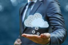 Ο επιχειρηματίας παίρνει τις πληροφορίες από το σύννεφο Στοκ φωτογραφία με δικαίωμα ελεύθερης χρήσης