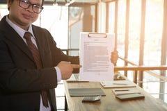 Ο επιχειρηματίας παρουσιάζει έγγραφο συμφωνητικού σύμβασης σημαδιών, επιχείρηση Στοκ φωτογραφία με δικαίωμα ελεύθερης χρήσης