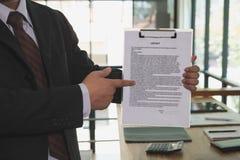 Ο επιχειρηματίας παρουσιάζει έγγραφο συμφωνητικού σύμβασης σημαδιών, επιχείρηση Στοκ Εικόνες