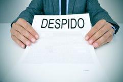 Ο επιχειρηματίας παρουσιάζει ένα έγγραφο με το despido κειμένων, dissmissal ι Στοκ Εικόνες