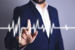 Ο επιχειρηματίας παρουσιάζει ένα καρδιογράφημα διανυσματική απεικόνιση