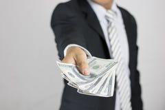Ο επιχειρηματίας παρουσιάζει και δίνει χρήματα, έννοια στην απόκτηση στοκ εικόνες