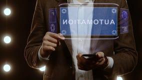Ο επιχειρηματίας παρουσιάζει ολόγραμμα με την αυτοματοποίηση κειμένων φιλμ μικρού μήκους