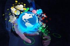 Ο επιχειρηματίας παρουσιάζει σύγχρονη τεχνολογία της επιχείρησης Στοκ Εικόνες