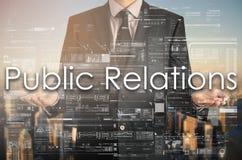 Ο επιχειρηματίας παρουσιάζει το κείμενο: Δημόσιες σχέσεις Στοκ Φωτογραφίες
