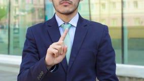 Ο επιχειρηματίας παρουσιάζει χειρονομία αριθ. απόθεμα βίντεο