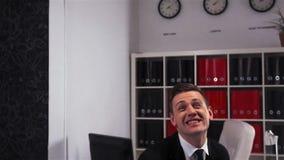 Ο επιχειρηματίας πηδά και γιορτάζει τη νίκη στην αρχή απόθεμα βίντεο