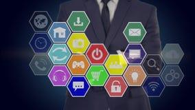 Ο επιχειρηματίας πιέζει ένα κουμπί στην οθόνη αφής, γυρίζει τα μέσα Κηρήθρα ελεύθερη απεικόνιση δικαιώματος
