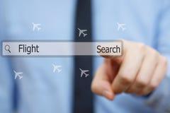 Ο επιχειρηματίας πιέζει το κουμπί αναζήτησης για την εύρεση των φτηνών πτήσεων Στοκ φωτογραφία με δικαίωμα ελεύθερης χρήσης