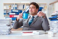 Ο επιχειρηματίας πολυάσχολος με πολλή γραφική εργασία Στοκ φωτογραφίες με δικαίωμα ελεύθερης χρήσης