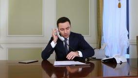 Ο επιχειρηματίας που έχει το πρόβλημα τηλεφωνώντας και βάζει το τηλέφωνο κάτω φιλμ μικρού μήκους