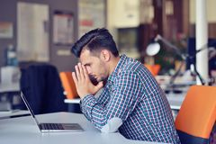 Ο επιχειρηματίας που αισθάνεται τον πονοκέφαλο κάνοντας την εργασία απόστασης στη καφετερία κούρασε με την αποτυχία των σχεδίων Στοκ Εικόνες