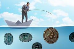Ο επιχειρηματίας που αλιεύει bitcoins στην έννοια μεταλλείας cryptocurrency Στοκ Εικόνες