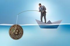 Ο επιχειρηματίας που αλιεύει bitcoins στην έννοια μεταλλείας cryptocurrency Στοκ εικόνα με δικαίωμα ελεύθερης χρήσης