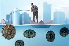 Ο επιχειρηματίας που αλιεύει bitcoins στην έννοια μεταλλείας cryptocurrency Στοκ εικόνες με δικαίωμα ελεύθερης χρήσης