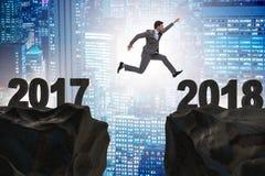 Ο επιχειρηματίας που αναμένει με ενδιαφέρον το 2018 από το 2017 Στοκ Εικόνες