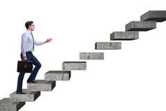 Ο επιχειρηματίας που αναρριχείται στη σκάλα σταδιοδρομίας στην επιχειρησιακή έννοια Στοκ Φωτογραφία