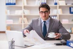 Ο επιχειρηματίας που ανατρέπει τον καφέ στα σημαντικά έγγραφα Στοκ Εικόνες