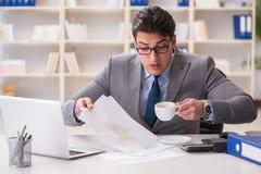 Ο επιχειρηματίας που ανατρέπει τον καφέ στα σημαντικά έγγραφα Στοκ Φωτογραφίες