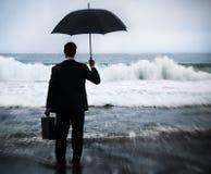 Ο επιχειρηματίας που αντιμετωπίζει τη θύελλα αντιμετωπίζει την έννοια κρίσης Στοκ Εικόνα