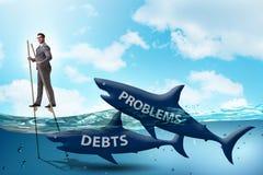 Ο επιχειρηματίας που εξετάζει επιτυχώς τα δάνεια και τα χρέη ελεύθερη απεικόνιση δικαιώματος