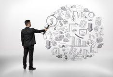 Ο επιχειρηματίας που εξετάζει την επιχείρηση doodles μέσω ενός πιό magnifier και να δει δολαρίου υπογράφει Στοκ φωτογραφία με δικαίωμα ελεύθερης χρήσης