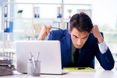 Ο επιχειρηματίας που εργάζεται στο γραφείο Στοκ Εικόνα