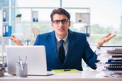 Ο επιχειρηματίας που εργάζεται στο γραφείο Στοκ Φωτογραφίες