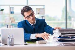 Ο επιχειρηματίας που εργάζεται στο γραφείο Στοκ εικόνα με δικαίωμα ελεύθερης χρήσης