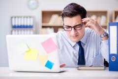 Ο επιχειρηματίας που εργάζεται στο γραφείο Στοκ Εικόνες