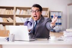 Ο 0 επιχειρηματίας που εργάζεται στο γραφείο Στοκ φωτογραφία με δικαίωμα ελεύθερης χρήσης