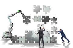 Ο επιχειρηματίας που κάνει το γρίφο τορνευτικών πριονιών με το ρομποτικό βραχίονα Στοκ εικόνες με δικαίωμα ελεύθερης χρήσης