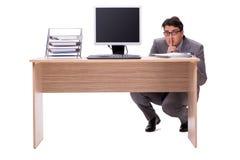 Ο επιχειρηματίας που κρύβει στο γραφείο που απομονώνεται στο λευκό Στοκ εικόνα με δικαίωμα ελεύθερης χρήσης
