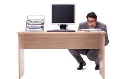 Ο επιχειρηματίας που κρύβει στο γραφείο που απομονώνεται στο λευκό Στοκ φωτογραφία με δικαίωμα ελεύθερης χρήσης