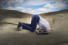 Ο επιχειρηματίας που κρύβει το κεφάλι του στην άμμο που δραπετεύει από τα προβλήματα στοκ εικόνα με δικαίωμα ελεύθερης χρήσης