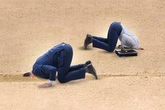 Ο επιχειρηματίας που κρύβει το κεφάλι του στην άμμο που δραπετεύει από τα προβλήματα Στοκ εικόνες με δικαίωμα ελεύθερης χρήσης