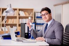 Ο επιχειρηματίας που μιλά στο τηλέφωνο στην αρχή Στοκ Εικόνες