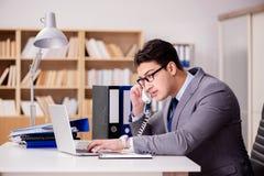 Ο επιχειρηματίας που μιλά στο τηλέφωνο στην αρχή Στοκ εικόνα με δικαίωμα ελεύθερης χρήσης